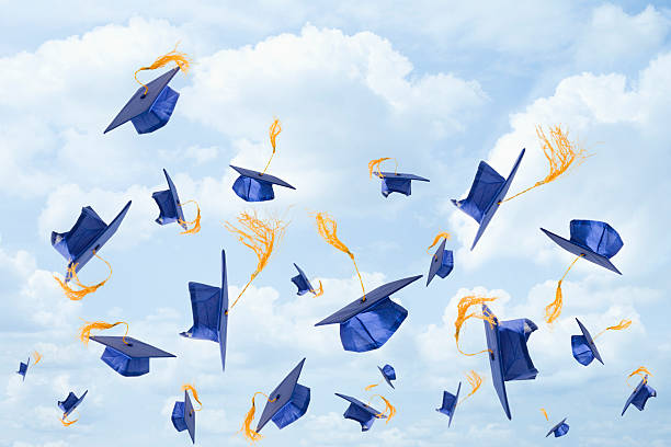 Graduation mortarboards being thrown in the air:スマホ壁紙(壁紙.com)