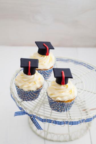 Graduation「Graduation cupcakes with vanila frosting on cake stand, close up」:スマホ壁紙(9)