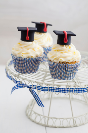 Kitchen Utensil「Graduation cupcakes with vanila frosting on cake stand, close up」:スマホ壁紙(19)