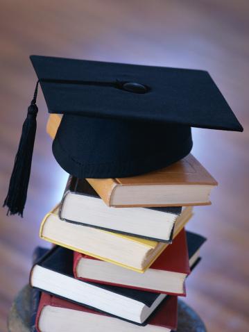 Graduation「Graduation cap on top of stack of books」:スマホ壁紙(16)