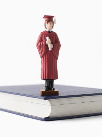Graduation Gown「Graduation figurine on book」:スマホ壁紙(13)