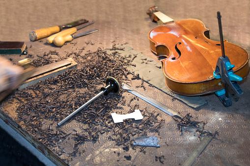 Violin「Violin in restoration workshop」:スマホ壁紙(4)