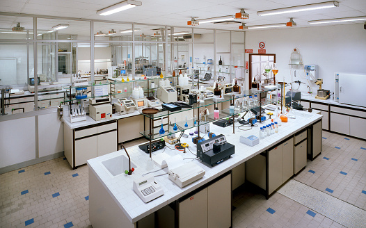 Workshop「Chemical research laboratory with many instruments on the tables」:スマホ壁紙(14)