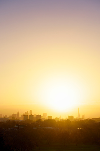Twilight「UK, London, skyline in morning backlight」:スマホ壁紙(4)
