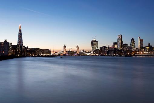 都市の全景「ザ・シャードロンドンのタワーブリッジロンドンの街の夕暮れ」:スマホ壁紙(16)