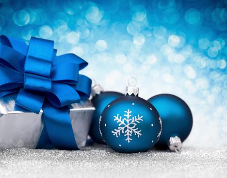 雪の結晶「3 つのブルービーズとシルバーのクリスマスギフトのグリッター」:スマホ壁紙(3)