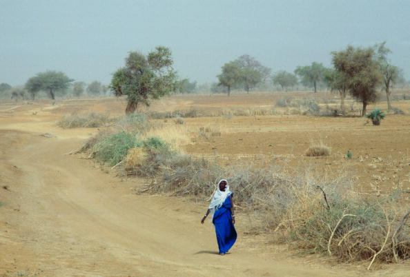 Copy Space「Lone Woman, Burkina Faso」:写真・画像(3)[壁紙.com]