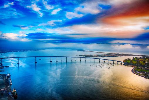 雲「サン ディエゴ コロナド湾橋の夕暮れ」:スマホ壁紙(10)