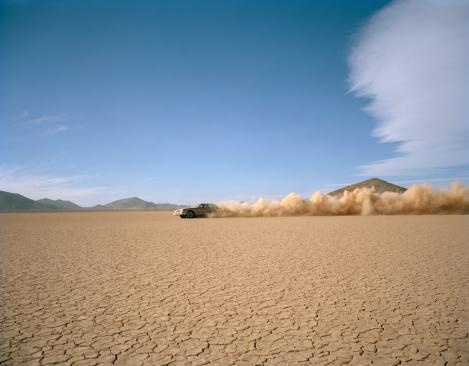Dust「Car racing through desert, side view」:スマホ壁紙(12)