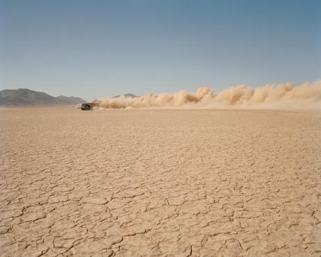 Dust「Car racing through desert, side view」:スマホ壁紙(11)