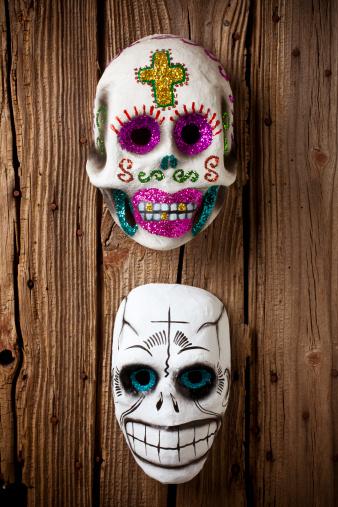 ドクロ「Two skull masks on wooden wall」:スマホ壁紙(7)