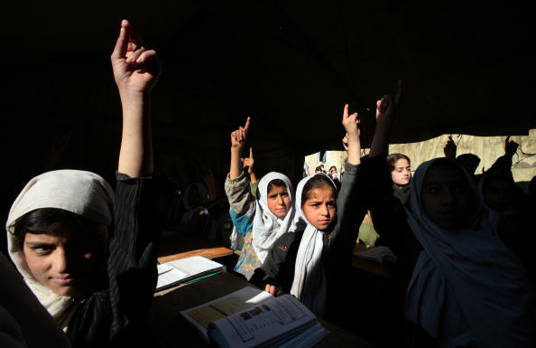 Paula Bronstein「Afghan Girls Pack Schools Five Years After Fall Of Taliban」:写真・画像(17)[壁紙.com]