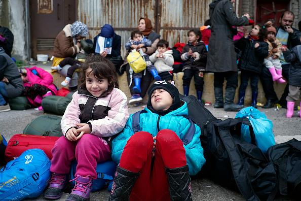 座る「Thousands Of Migrants Stuck In Greek Bottleneck As Borders Are Closed」:写真・画像(1)[壁紙.com]