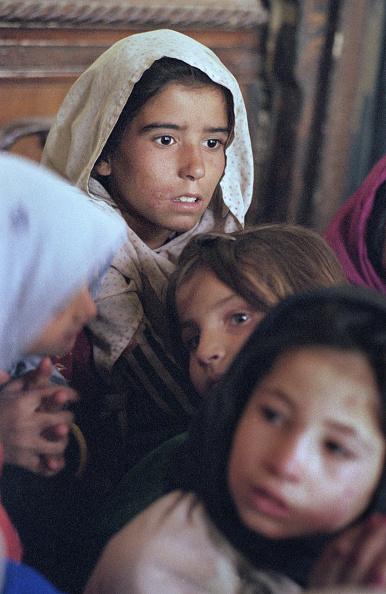 Staring「Afghan Girls in Kabul」:写真・画像(4)[壁紙.com]