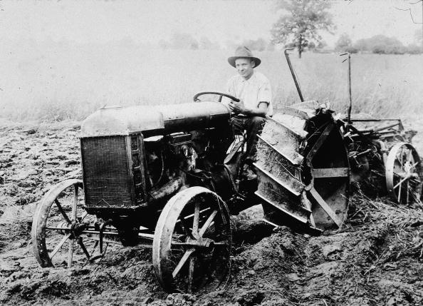 Tractor「Man Seated In The Fordson, The First Ford Tractor」:写真・画像(4)[壁紙.com]