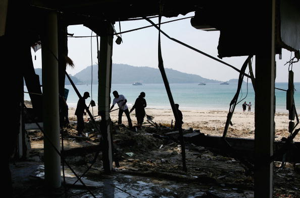 Environmental Cleanup「Clean Up Continues In The Aftermath Of Tsunami In Thailand」:写真・画像(11)[壁紙.com]