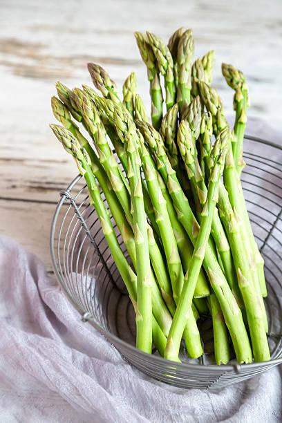 Mini organic green asparagus in a wire basket:スマホ壁紙(壁紙.com)