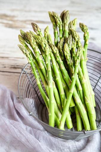 Asparagus「Mini organic green asparagus in a wire basket」:スマホ壁紙(3)