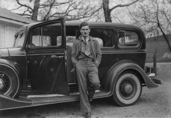 Leaning「Man Posing Beside Motorcar」:写真・画像(13)[壁紙.com]