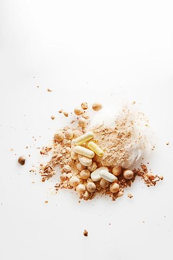 ファッション・コスメ「Yellow and brown pills, powder puff and pearl pressed powder balls on a pile of loose face powder」:スマホ壁紙(5)