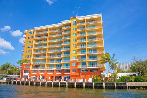Pompano Beach「Yellow and orange painted waterside apartment building, Pompano Beach」:スマホ壁紙(13)