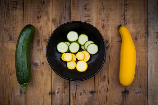 Zucchini「Yellow and green zucchini and bowl of zucchini slices on wood」:スマホ壁紙(19)