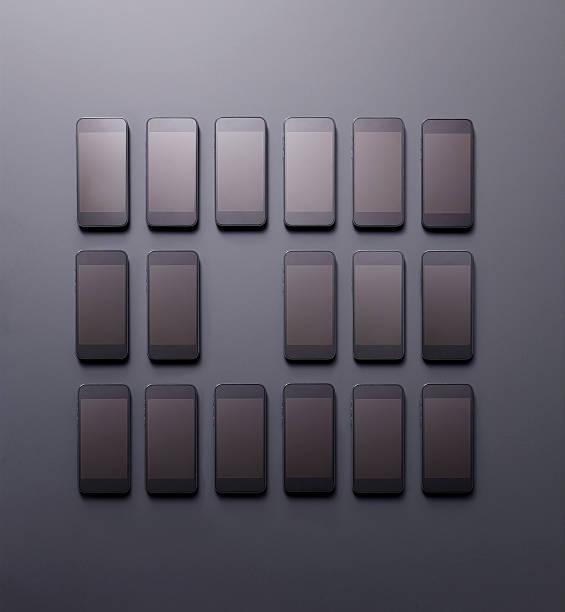 Arrangement of smartphones with one missing:スマホ壁紙(壁紙.com)