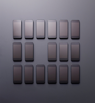並んでいる「Arrangement of smartphones with one missing」:スマホ壁紙(13)