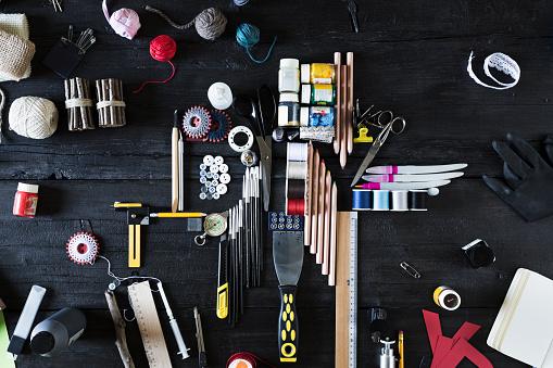 日曜大工「Arrangement of craft materials and tools on black wood」:スマホ壁紙(2)