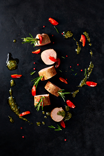 Spice「Arrangement of veal slices, basil pesto, slices of red bell pepper and red peppercorns on black background」:スマホ壁紙(12)