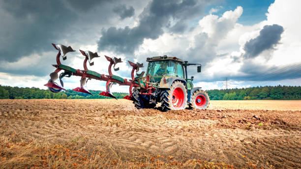 Tractor plows the field:スマホ壁紙(壁紙.com)