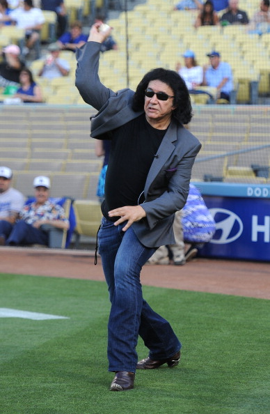 Frazer Harrison「Gene Simmons Throws Out The First Pitch at the Dodgers Game」:写真・画像(6)[壁紙.com]