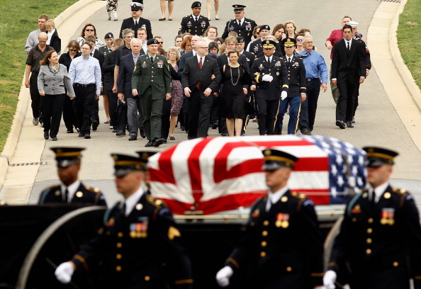 Chip Somodevilla「Army Corporal Killed In Afghanistan Buried At Arlington National Cemetery」:写真・画像(2)[壁紙.com]