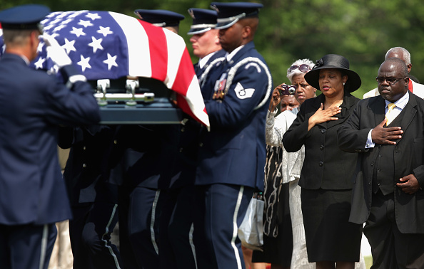 Hanging「First African American Female Air Force Colonel Buried At Arlington Cemetery」:写真・画像(5)[壁紙.com]