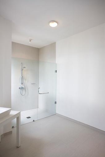 縦位置「モダンな白いバスルームのシャワー」:スマホ壁紙(6)