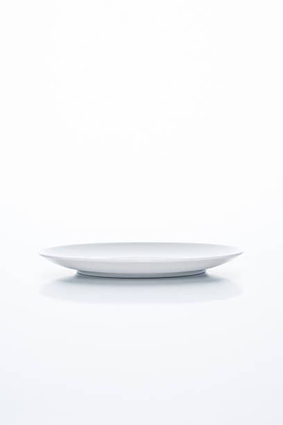 Empty white plate on white background:スマホ壁紙(壁紙.com)