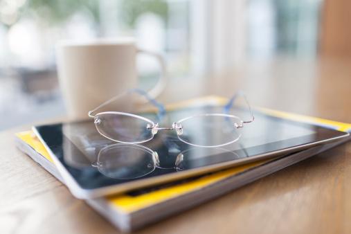 飲食「glasses, tablet PC, magazine in coffee shop」:スマホ壁紙(3)