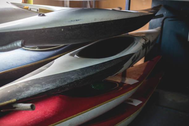 old retired kayaks parked in garage:スマホ壁紙(壁紙.com)