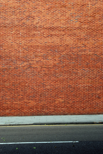 Focus On Background「Urban background UK - Red brick wall with sidewalk」:スマホ壁紙(10)