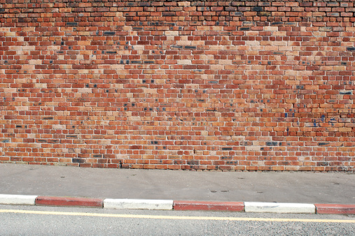 Focus On Background「Urban background UK - Red brick wall with sidewalk」:スマホ壁紙(5)