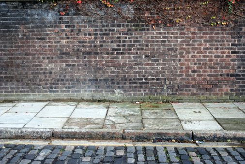 Focus On Background「Urban background UK - Red brick wall with sidewalk」:スマホ壁紙(18)