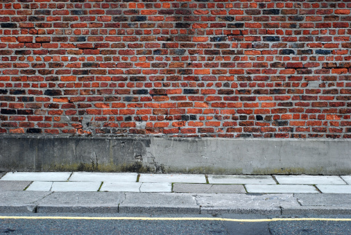 Focus On Background「Urban background UK - Red brick wall with sidewalk」:スマホ壁紙(19)