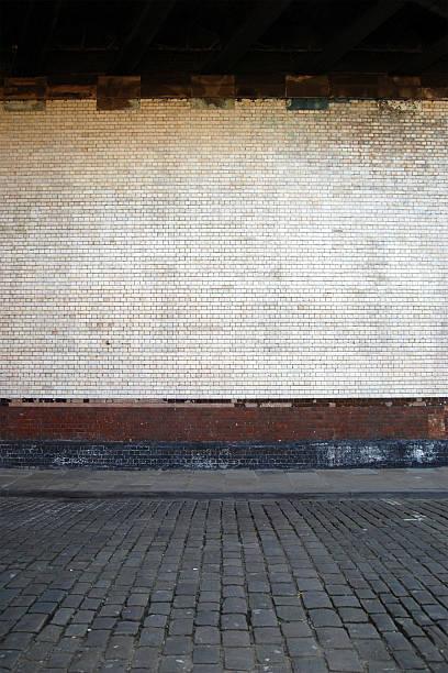Urban background UK - White brick wall with sidewalk:スマホ壁紙(壁紙.com)