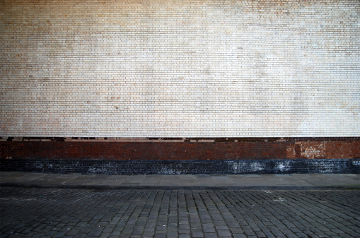 Cobblestone「Urban background UK - White brick wall with sidewalk」:スマホ壁紙(2)