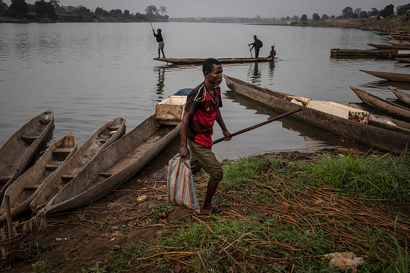 Fisherman「Bangui Disconnect: Daily Life After Waves Of Rebel Violence Outside Of Capital」:写真・画像(5)[壁紙.com]