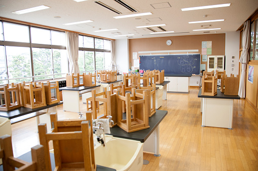 Classroom「Japanese high school. An empty science laboratory, stools on benches」:スマホ壁紙(2)
