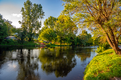 Nouvelle-Aquitaine「Peaceful shores of the Vézère River running through the Medieval Village of Saint-Léon-sur-Vézère」:スマホ壁紙(3)