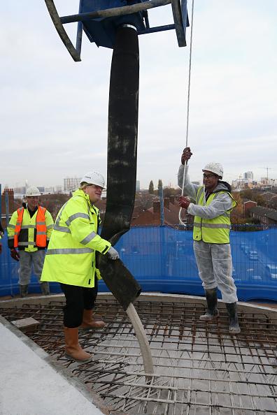 Pouring「Mayor Boris Johnson Visits Building Site For New Homes」:写真・画像(8)[壁紙.com]