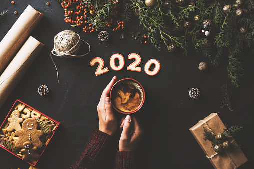 Gingerbread Cookie「Hands holding coffee, New year 2020 concept table top shot」:スマホ壁紙(12)