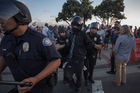 カリフォルニア州「Activists For Stricter Immigration Polices And Counter-Protesters Demonstrate In Laguna Beach」:写真・画像(16)[壁紙.com]